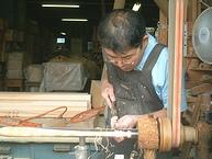 椅子の貫(ぬき)などをを削る挽物(ひきもの)職人の仕事風景