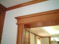 パネル式で壁や天井のエッジに取りつけられる木枠