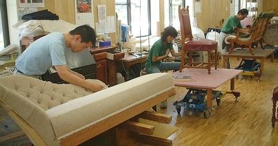 家具の病院で生地の貼り替えをする職人たち