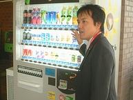 災害対応型自動販売機の説明をする太田史昌さん