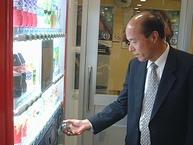 「シーモ2」で「おサイフケータイ」を使い商品を購入する幾田昇さん