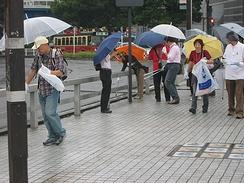 雨のなか、チームに分かれてごみを拾い集めた