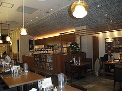 カフェ風のおしゃれなつくり、奥には鹿児島焼酎が並ぶ
