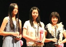 最優秀新人賞を受賞した3人(左から新垣結衣さん、夏帆さん、北乃きいさん)