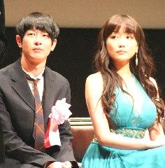 主演賞を受賞した加瀬亮さんと佐藤江梨子さん