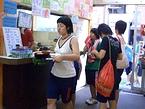 「さなぎ食堂」の安さに感激する女子高生たち