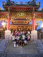 横浜中華街で記念撮影をする女子高生たち