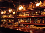 カウンターにはここでしか飲めないギリシア産のリキュールがずらりと並ぶ(アテネ)