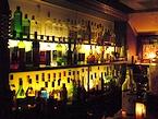 カウンターの奥には140種類を超えるアルコール類が並ぶ(メロウクラブ)