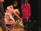花束を持ったファンと握手する深田さん
