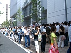 増田まつりで横浜メディア・ビジネスセンタービルを取り巻く列