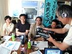 横浜トリエンナーレ2005の川俣正ディレクターを愛知万博会場にインターネット放送で中継する様子