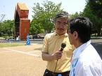 横浜トリエンナーレ2005の第1号作品の前でインタビューする桜美林大学助教授の和田昌樹さん