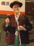 ボジョレー騎士団の正装に身を包んだ中田宏横浜市長