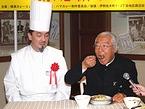 「横浜フランスカレー」を試食する服部幸應さん