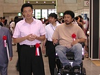 会場を歩く中田市長とNPO法人animi理事長の服部さん