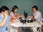 番組の収録をするアマゾン鈴木さん(左)、串田久子さん(中央)、望月真一さん(右)