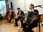開局記念イベントで演奏するアコースティクトリオ「ザッハトルテ」