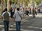 欧州カーフリーデー 歩行者天国となった道路を歩く人々