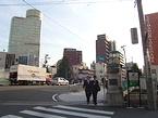 混雑する西口に比べ、東口は人通りが少ない