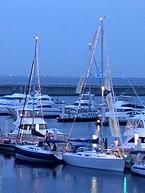 港に停泊する船