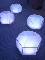 「fuwapica」の、座ると色が変化する光のソファ