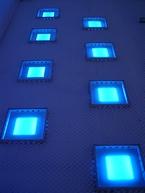 青白い光が柔らかく発光する鈴木太朗氏の「風の路」